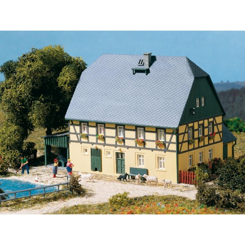 Большой дом с сараем Auhagen 11359
